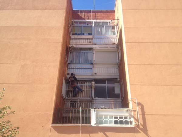 Descolgado arreglando las terrazas