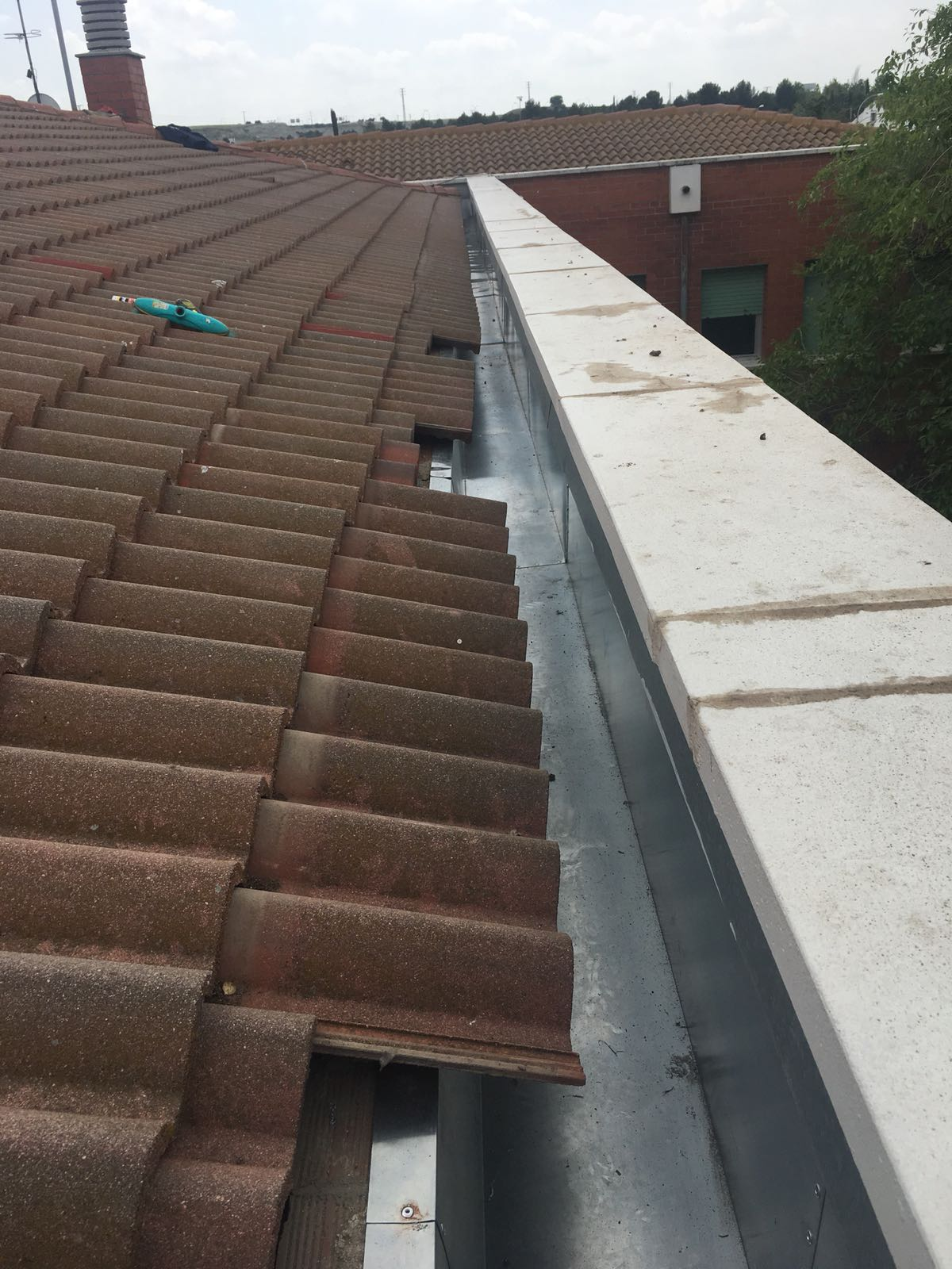 Reparación del canalón en la cubierta del instituto de Pinto en Madrid